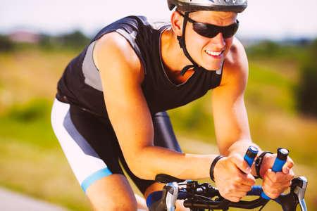 Glückliches Triathletin Radfahren auf einem Fahrrad Lizenzfreie Bilder