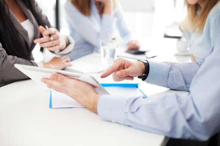 Reunión de negocios. Grupo de hombres de negocios que trabajan con la tableta digital. Foto de archivo - 53952920