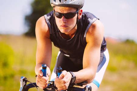 Vélo Triathlète sur un vélo Banque d'images - 53952945