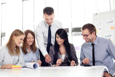 liderazgo empresarial: Grupo de arquitectos que trabajan en la oficina. Foto de archivo