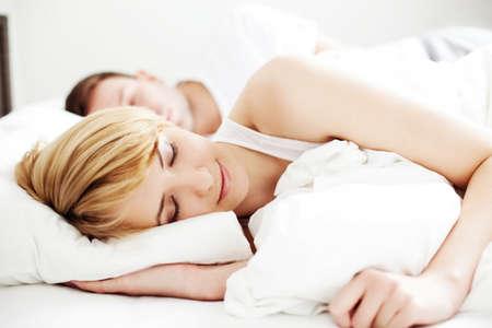 femme chatain: Portrait d'un couple dormir dans le lit