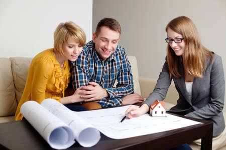 Berater erklären home-Projekt. Lizenzfreie Bilder