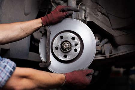 Car mechanic Repairing brakes on car Banque d'images