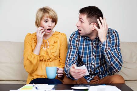 pagando: Shocked par el pago de facturas. Ella acaba de comprar demasiado.