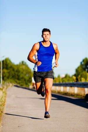 Jeune homme sprint en plein air. Banque d'images - 53953347