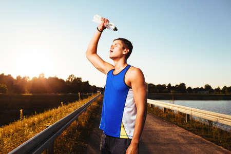 ランナーのランニング後、冷却します。健康とフィットネスの概念。