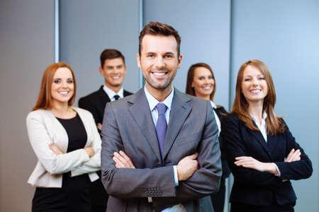 Teamleiter steht mit Kollegen im Hintergrund Lizenzfreie Bilder