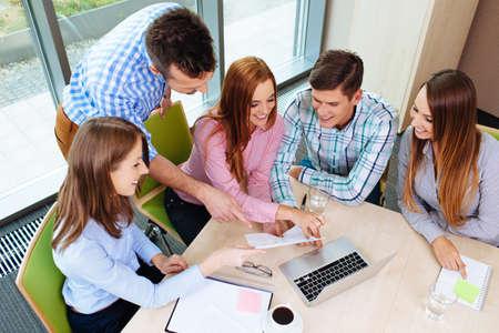 Unternehmensschulungen. Lehrer mit gorup von Menschen zu arbeiten.