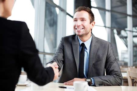 Happy Geschäftsmann Hand mit Geschäfts schütteln.