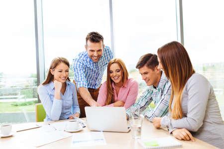 Groupe d'entreprise formation des gens d'affaires avec l'entraîneur Banque d'images - 53953711
