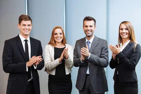 personas de pie: Grupo de hombres de negocios exitosos aplaudiendo