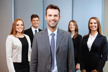 Gruppe Geschäftsleute, die mit Teamleiter im Vordergrund