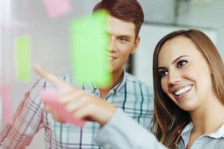 empleados trabajando: Dos empleados felices trabajando juntos en la oficina