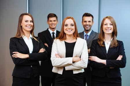 사무실에 함께 서있는 회사 팀 스톡 콘텐츠