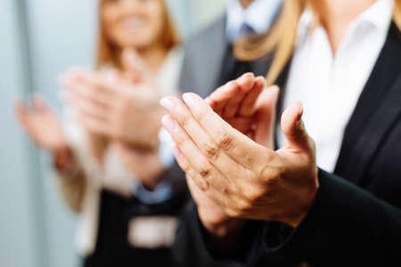 Close-up von Geschäftsleuten, die Hände klatschen. Business-Seminarkonzept