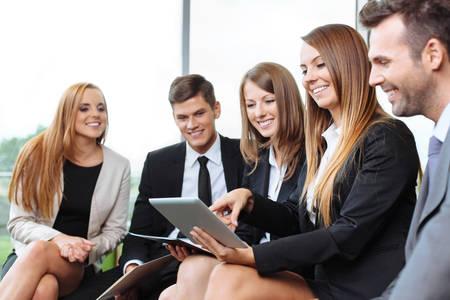 mujeres sentadas: Reunión de la gente de negocios que trabaja con la tableta digital