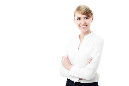 cabello rubio: atractiva mujer de negocios sonriente aislados sobre fondo blanco