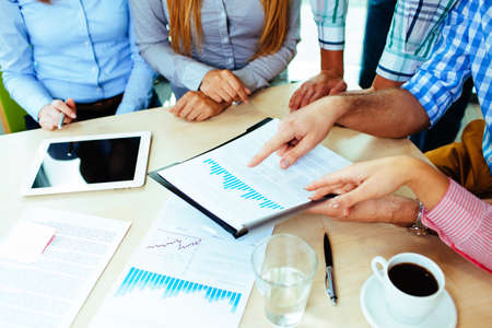 Close-up van corporate mensen uit het bedrijfsleven werken aan de tafel