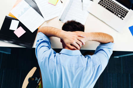 Podnikatel má stres v kanceláři Reklamní fotografie