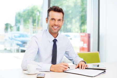 幸せな男署名契約。ビジネス コンセプト