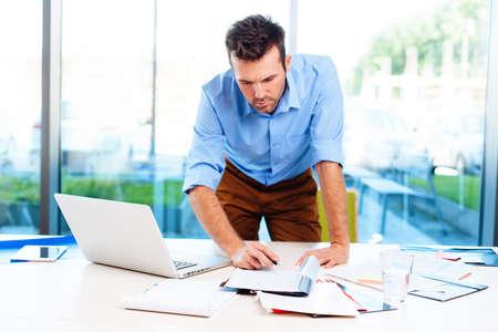Homme d'affaires occupé à travailler dans le bureau Banque d'images - 53957350