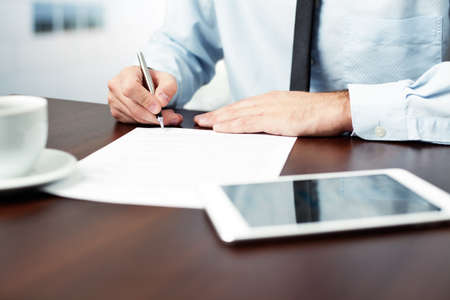 Biznesmen podpisania umowy. Zdjęcie Seryjne