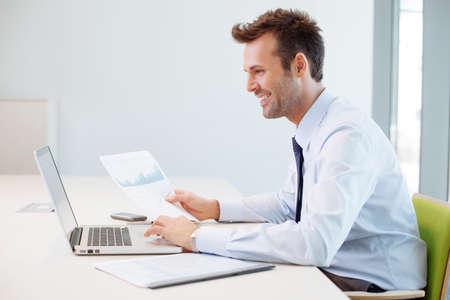 Man analyseren van financiële gegevens in het kantoor