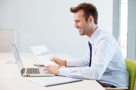 Man analysiert Finanzdaten im Büro Lizenzfreie Bilder
