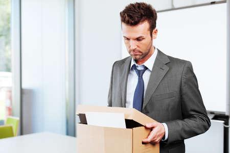 ビジネスマンのオフィスを離れるを解雇
