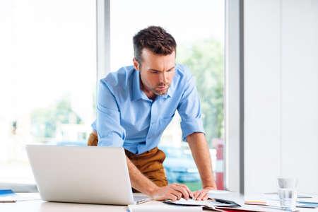 Geschäftsmann, arbeiten in office Standard-Bild - 53959410