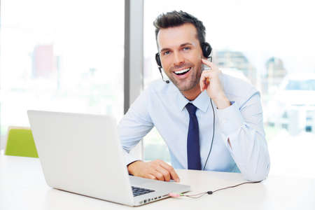 オフィスで笑顔のヘッドセットと実業家。ビジネス コンセプト