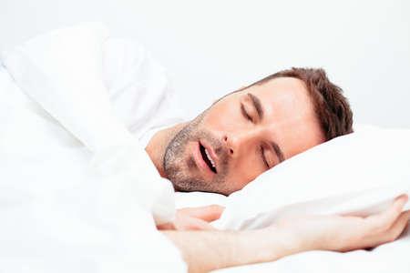 cansancio: Retrato de un hombre durmiendo con la boca abierta