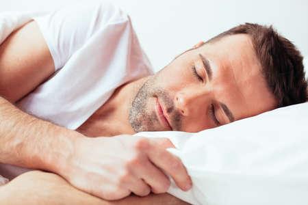 자고있는 매력적인 남자의 초상
