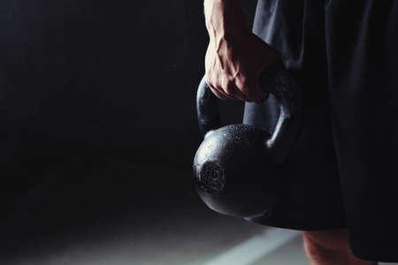Nahaufnahme einer muskulösen Hand, die eine Kettlebell hält Lizenzfreie Bilder