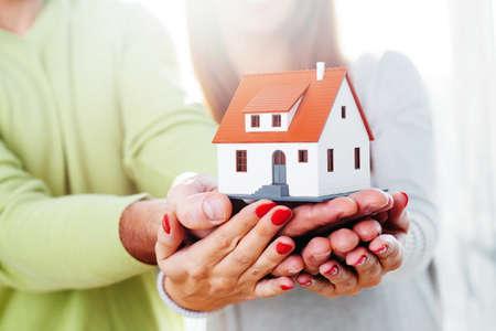 Mann und eine Frau mit einem kleinen Haus