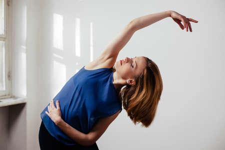 Junge Frau, die Übung Ballett