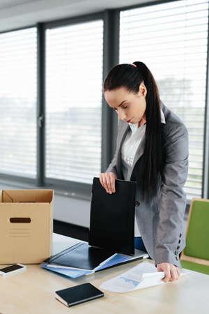 Foto einer Arbeitnehmerin entlassen und Verpackung ihre Sachen