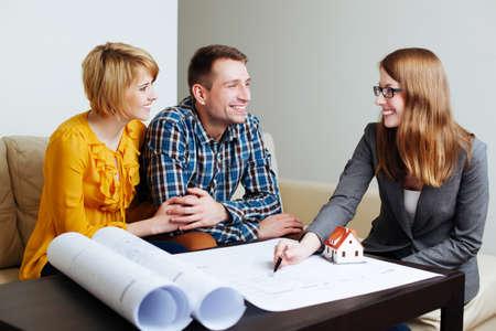 Paare, die ein Architekt treffen die Pläne zu diskutieren photo