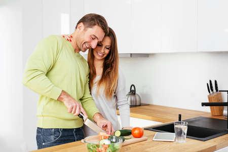 Glückliche schwangere Paare einige bereiten gemeinsam das Essen