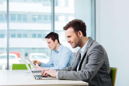 Zwei Geschäftsleute beschäftigt, arbeiten in Coworking Büro Lizenzfreie Bilder