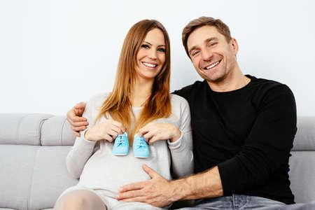 Glückliche schwangere Paare, die einen glücklichen Moment mit Lizenzfreie Bilder