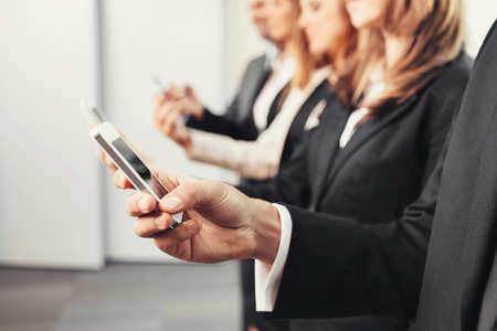Geschäftsleute, die mit Smartphones photo