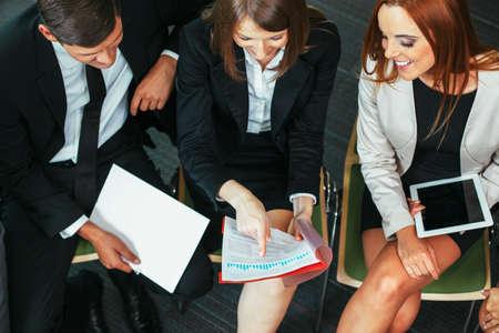 Young Professionals die Leistung des Unternehmens zu diskutieren photo