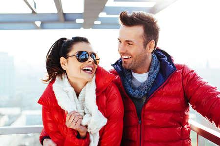 chaqueta: Feliz pareja en la azotea abrazos y riendo Foto de archivo