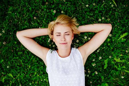 잔디에 누워있는 젊은 여자의 초상화