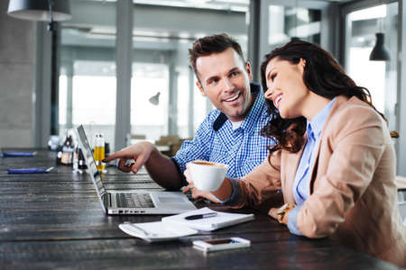 ノート パソコンの前で素敵な時間を持っている若いカップル