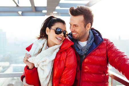 Jeune couple ensemble au toit en souriant Banque d'images - 65948100