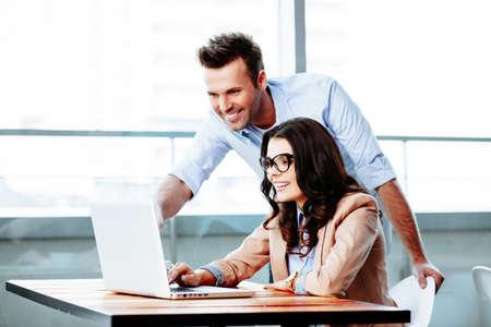 Geschäftsmann erklärt, Ideen zu seiner Partnerin photo
