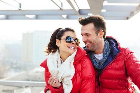 Junge Paare, die Spaß zusammen photo