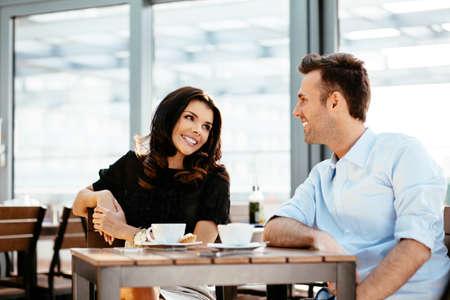 Paar sitzt auf einer Kantine und genießen ein Gespräch photo